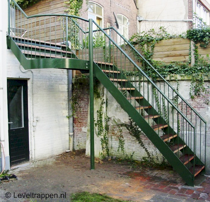 De buitentrap zorgt voor de open verbinding tussen het dakterras en de ...: www.leveltrappen.nl/album/industrie-vluchttrappen/buitentrap.html