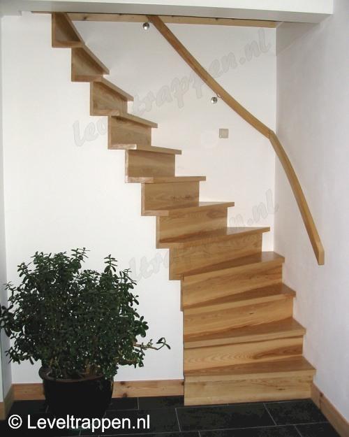 Dichte houten stijltrap - Te vernieuwen zijn houten trap ...